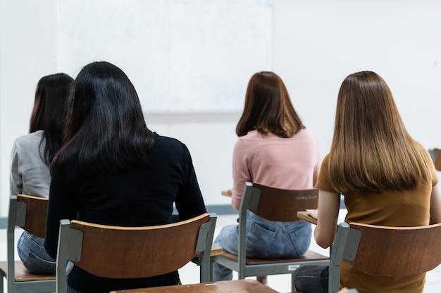 Студенты колледжа, обучающиеся на занятиях