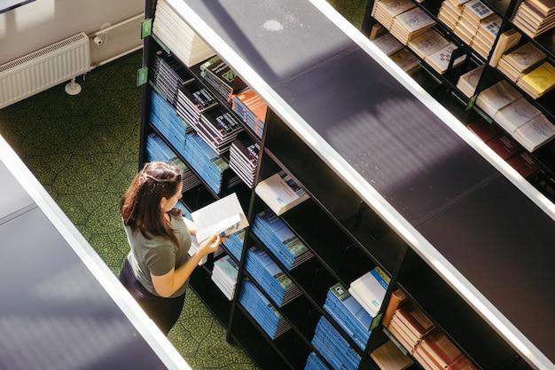 Donna di college nella biblioteca