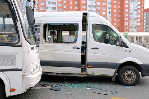 バス停での2つのシャトルバスの衝突。路上での自動車事故。セントピーターズバーグ。ロシア。 2021年5月15日