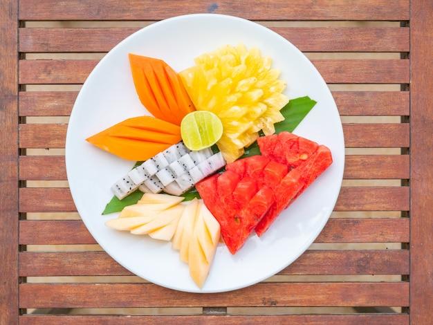 Coloful много фруктов в белой тарелке
