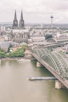 ケルン大聖堂と有名な橋、空撮