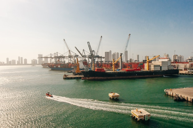 Колумбия крупным планом вид судоходной верфи на портовом терминале картахены