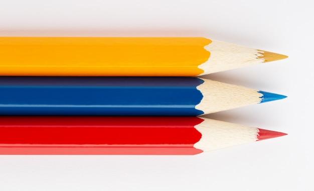 Флаг колумбии из разноцветных деревянных карандашей