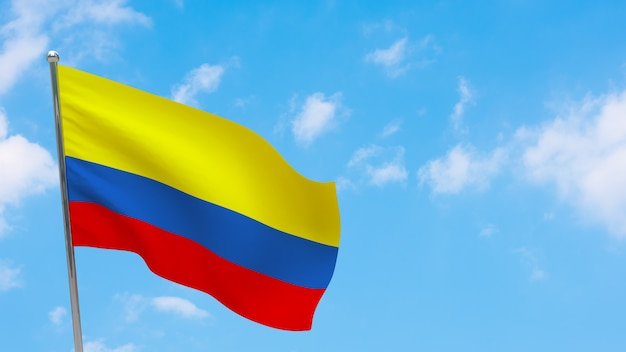 Флаг колумбии на шесте. голубое небо. государственный флаг колумбии