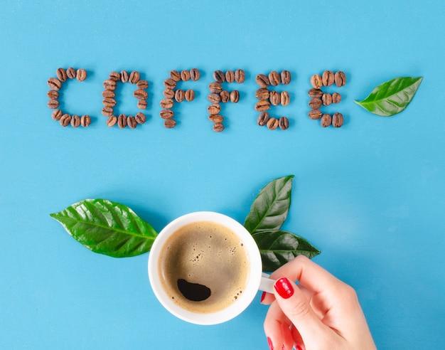 Колумбийский кофе с украшением зерен и листьев кофе. квартира лежала.