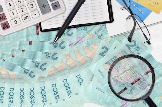 Счета и калькулятор колумбийские песо с очками и ручкой