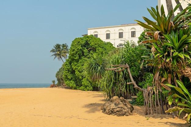 コロンボ、スリランカ、マウントラビニアの有名な歴史的ホテルのオーシャンビーチ