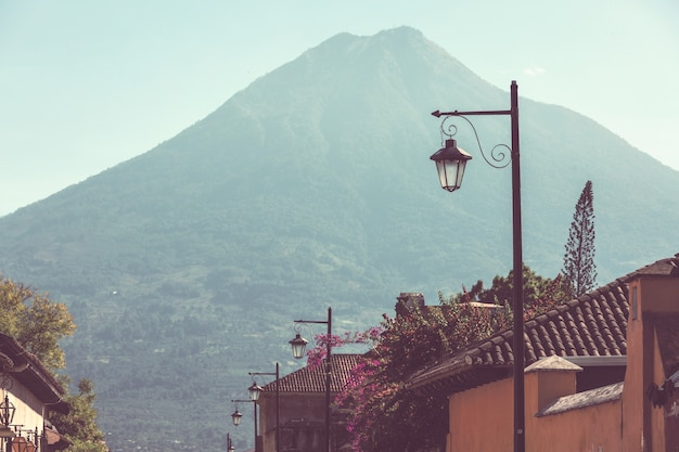 Колониальная архитектура в древнем городе антигуа-гватемала, центральная америка, гватемала
