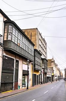 페루 리마의 발코니가 있는 식민지 시대 건물