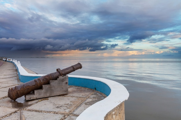 Колониальная пушка на набережной в кампече, мексика