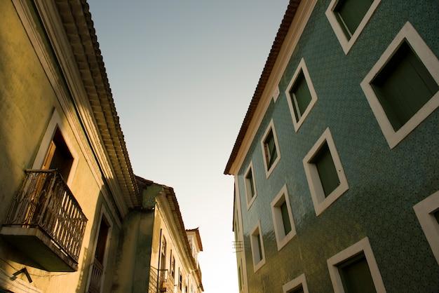 Колониальные дома в историческом центре сан-луис-ду-мараньян во время восхода солнца