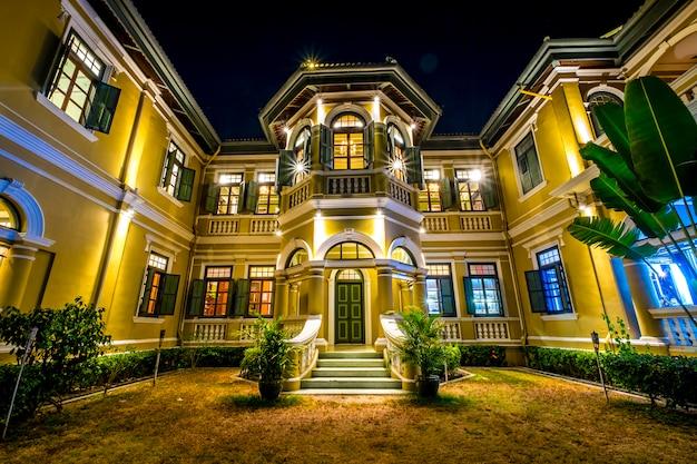 밤에 식민지 스타일의 집