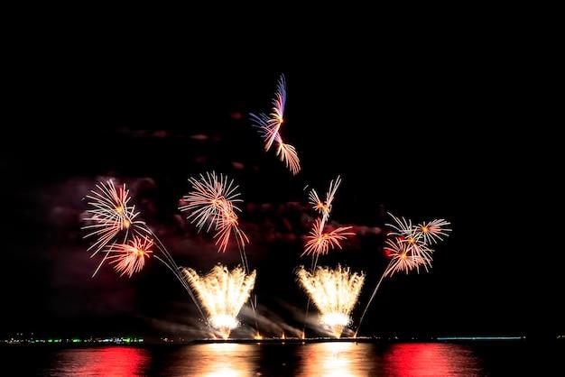 Цвет и красивый фейерверк в черном небе в ночное время для празднования праздника фестиваля