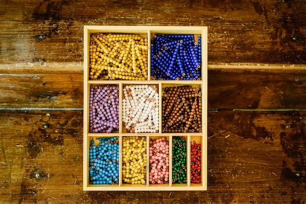 Цветные бортовые лестницы, считающиеся в классе монтессори