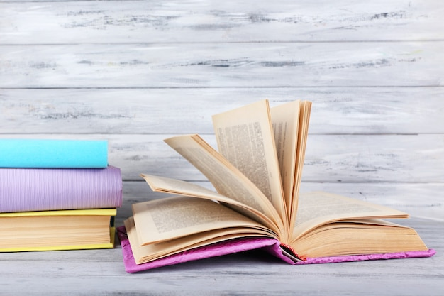 회색 나무 배경에 색 책