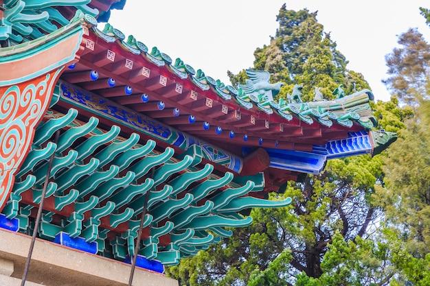 Цветное здание под декоративной копией