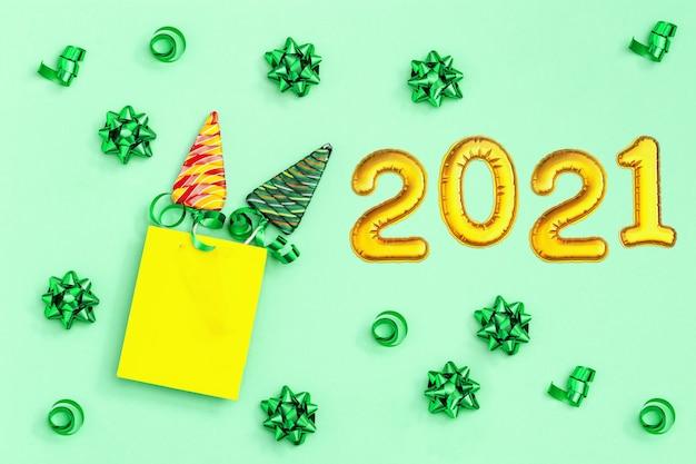Цветные конфеты креатив на новый год, леденцы в форме елки и золотая надувная фигура 2021.