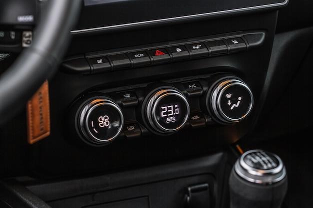 カラーカーエアコンボタンは、車内のビューをクローズアップします。車の温度調節器のダッシュボードパネル。