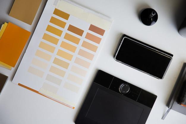 建築家のテーブルのカラーチェッカーとカラーペイントのサンプルグラフィックスペシャライゼーションの構成