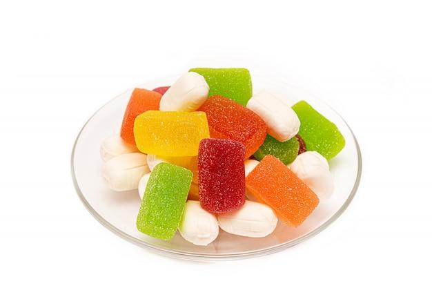 Цветные жевательные конфеты на белом фоне