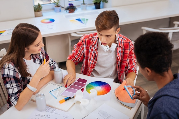 색상 선택. 색상 선택에 대한 오랜 브레인 스토밍을 가진 스마트 미래 디자이너 팀