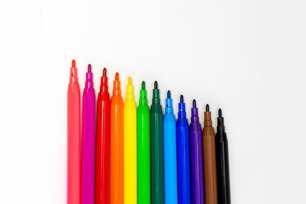 白い背景で隔離の色のマーカーをクローズアップ。色のフェルトペンを描く