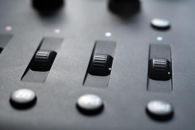 Кнопки управления цветокоррекцией на панели крупным планом. Premium Фотографии