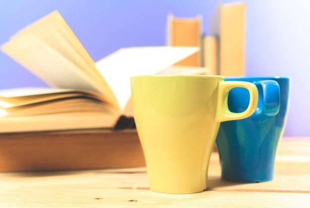 테이블에 책과 함께 차의 컬러 컵