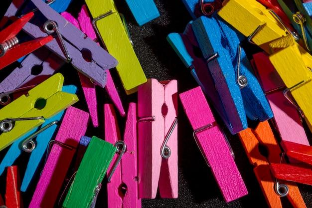 色の装飾的な洗濯バサミがクローズアップ