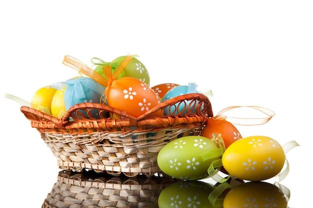 흰색 절연 바구니에 색상 부활절 달걀입니다. 평면도