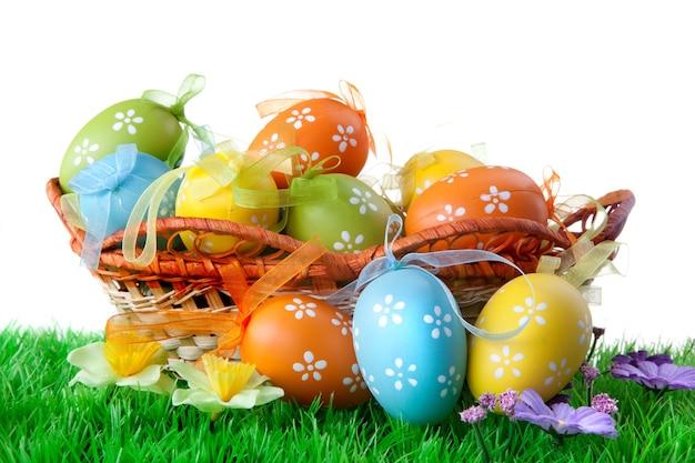 흰색 절연 바구니에 색 부활절 달걀