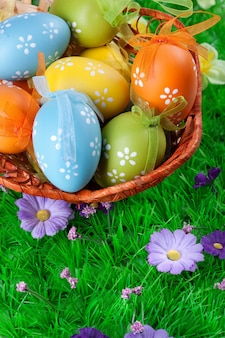 푸른 잔디에 바구니에 색 부활절 달걀