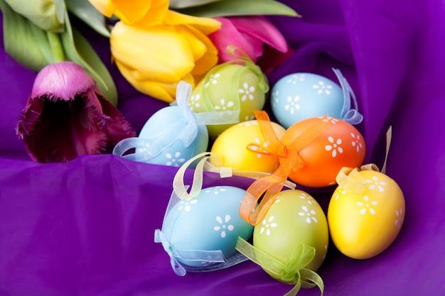 튤립과 부활절 달걀 색상