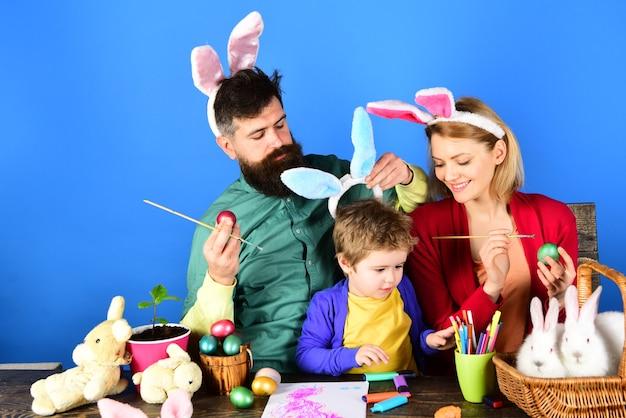 색상 계란 구색. 부활절 토끼 의상. 부활절 달걀은 장난감을 놀라게 합니다. 페인트 계란 바구니를 들고 아이입니다.