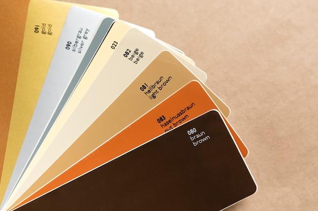 디자인을 위한 컬러 팬 또는 비닐 필름 팔레트. 갈색 배경, 공예 종이