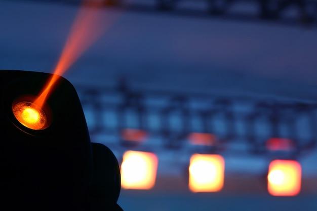 暗闇の中で輝きを照らすためのカラー投光照明