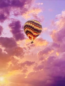 Цветной воздушный шар в голубом небе с облаками крупным планом