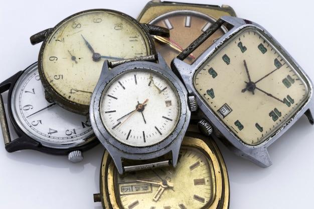 화이트에 깨진된 빈티지 시계의 컬러 이미지.