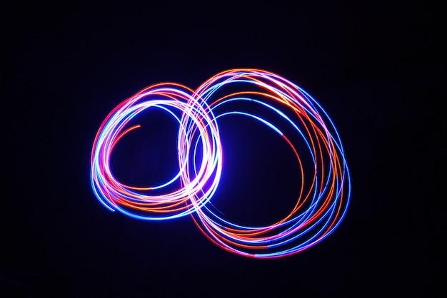 Цветной светильник цикл перемещения лампы при длительной выдержке, снятой в темноте.