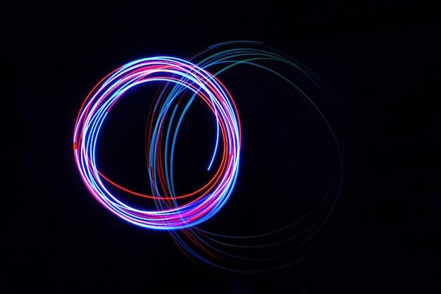 Цветной светильник перемещается при длительной выдержке, снятой в темноте.