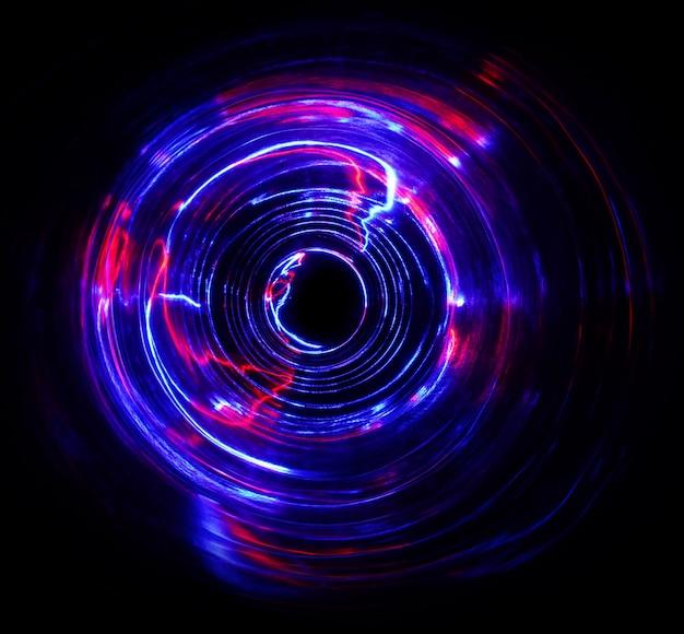 Цветной свет перемещает форму цикла при съемке с длинной выдержкой в темноте.