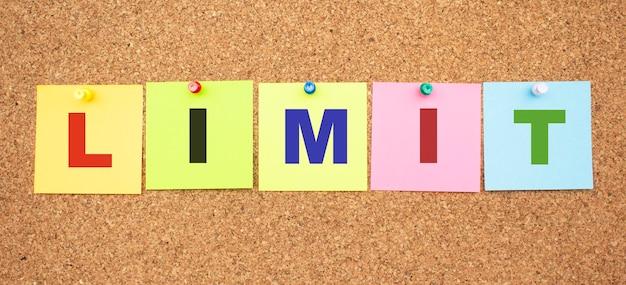 Цветные заметки с буквами, прикрепленными к доске. слово limit.