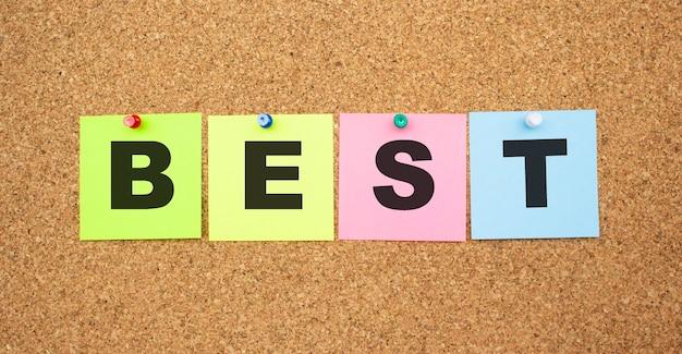 코르크 보드에 고정 된 문자로 색상 노트. 단어 best
