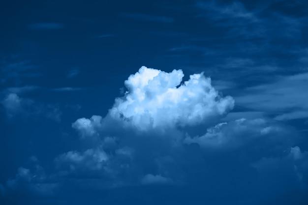 2020 년 클래식 블루의 색상. 하늘에 구름