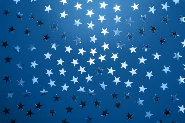2020 년 클래식 블루 팬톤의 색상. 실버 스타 스프링 클. 축제 휴일 색종이. 축하 개념