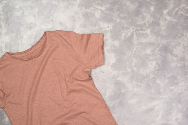 Футболка с цветной краской и копией пространства, макет футболки с плоским дизайном