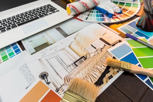 デザイン家の改修のためのカラーパレット。サンプラーラップトップと机の上のブラシでアパートのスケッチ。クリエイティビティ就業日