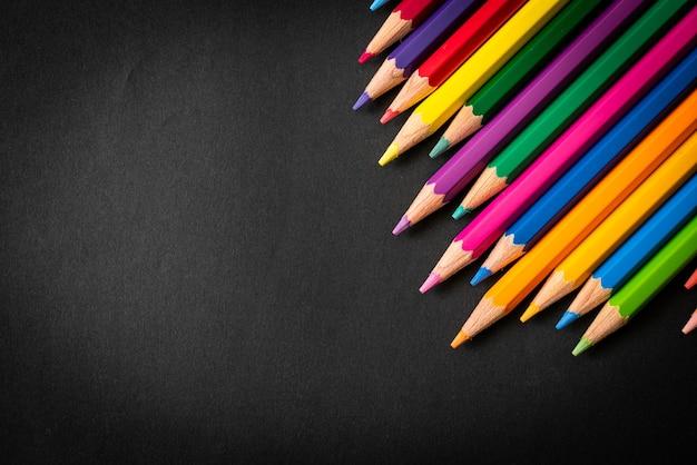 コピースペースと黒の背景に色鉛筆
