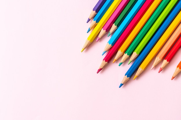 복사 공간 분홍색 배경에 색 연필