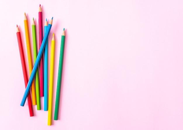コピースペースとピンクの背景に色鉛筆